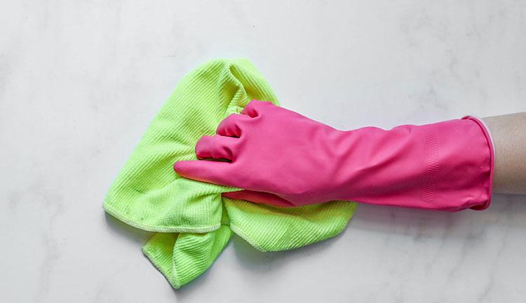 Gumowa rękawica ze ściereczką mikrofibry do czyszczenia mebli kuchennych