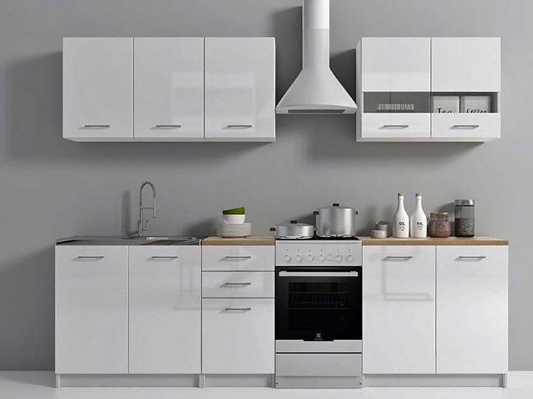 zestaw szafek kuchennych w kolorze białym z frontami na wysoki połysk