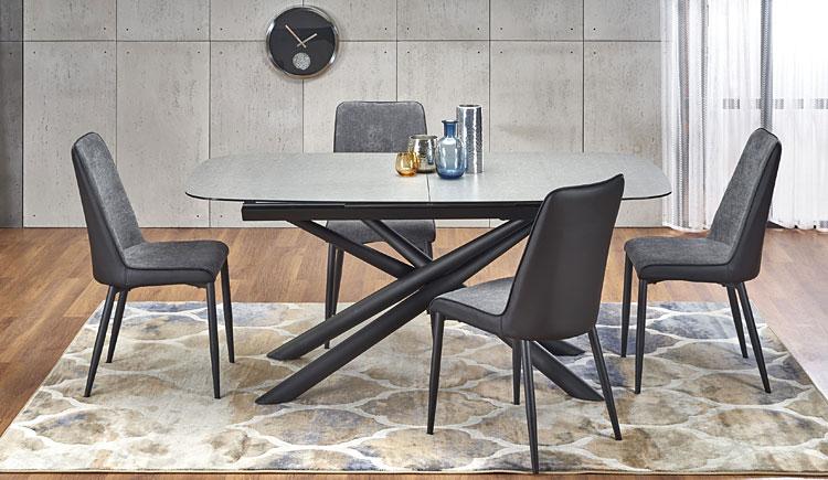 rozkładany stół ze szklanym blatem we wnętrzu salonu