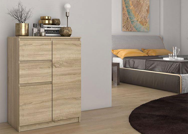 lampka i ozdoby znajdujące się na komodzie skandynawskiej w kolorze dąb sonoma w sypialni