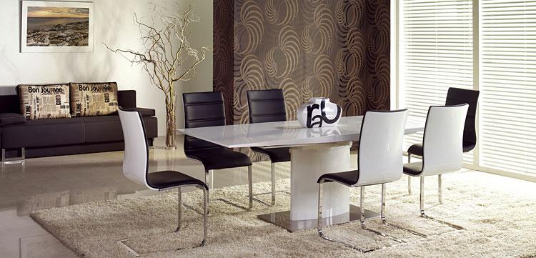 duży rozkładany stół dla sześciu osób   w salonie