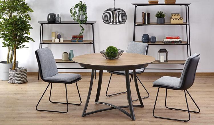 stół dla czterech osób ustawiony we wnętrzu nowoczesnego salonu