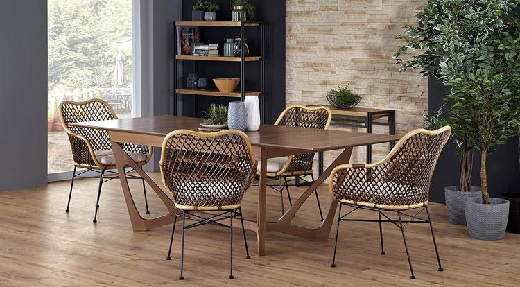 ciemny rozkładany stół ustawiony w salonie