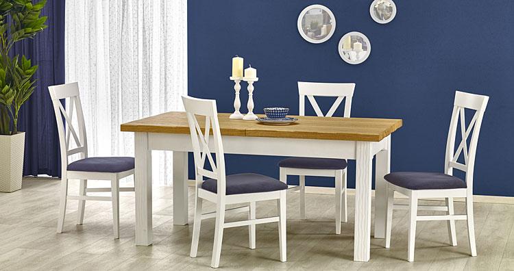 rozkładany stół drewniany w domowym salonie