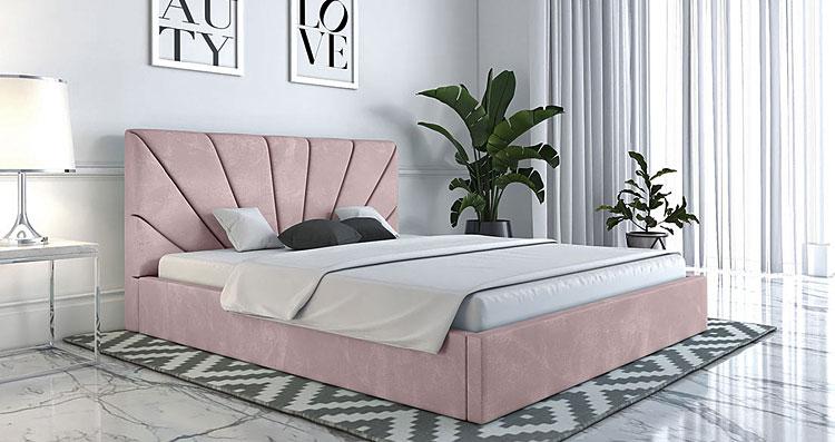 dwuosobowe łóżko ustawione w dużej sypialni