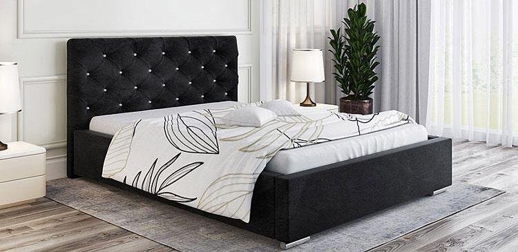 tapicerowane łóżko ustawione w małej sypialni