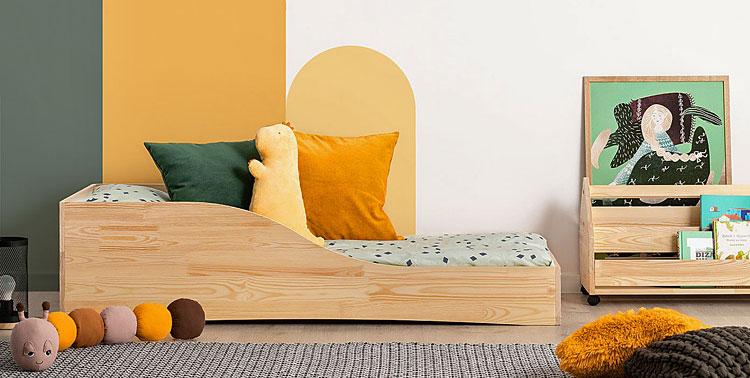 drewniane łóżko młodzieżowe ustawione przy ścianie