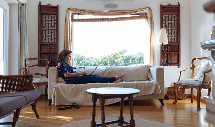 wnętrze salonu urządzonego w stylu prowansalskim