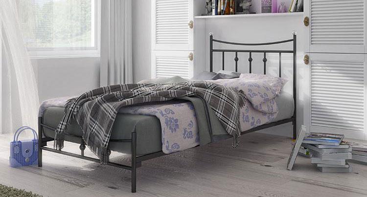podwójne łóżko metalowe idealne do wąskiej sypialni