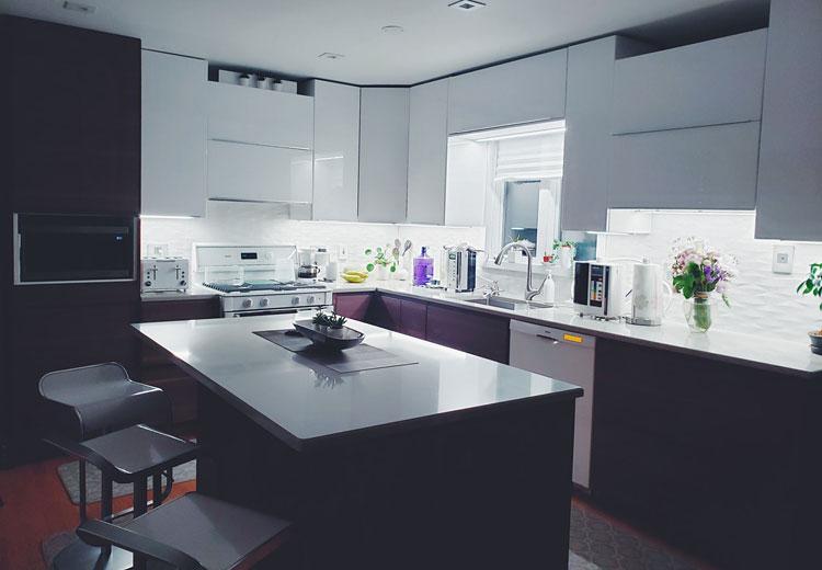 zestaw mebli kuchennych z białymi blatami i frontami w kolorze wenge