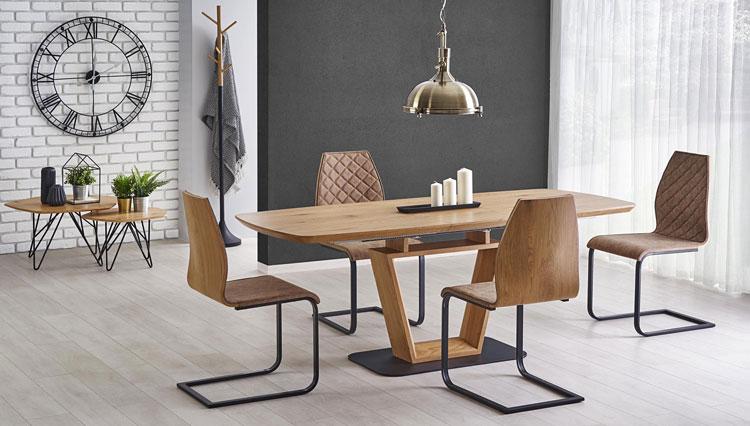 rozkładany drewniany stół w loftowej jadalni