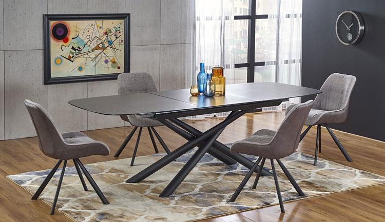 rozkładany szklany stół w salonie urządzonym w stylu industrialnym