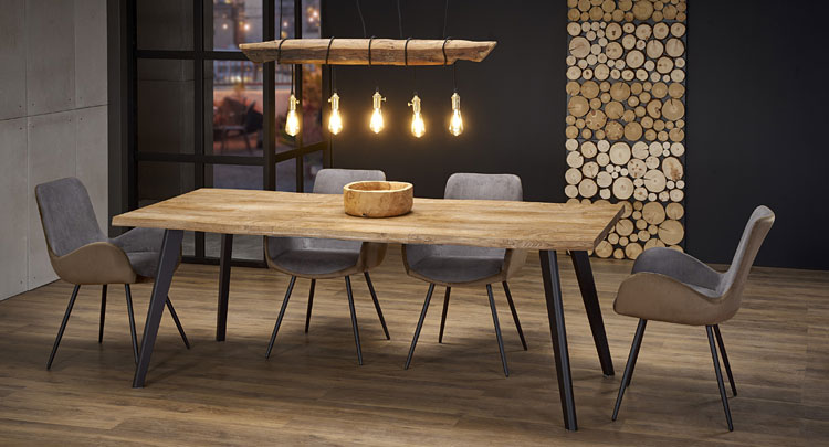 drewniany stół industrialny we wnętrzu salonu