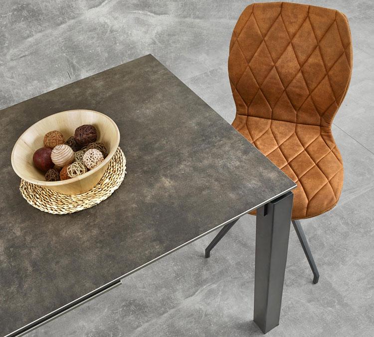 industrialny stół z metalowym blatem