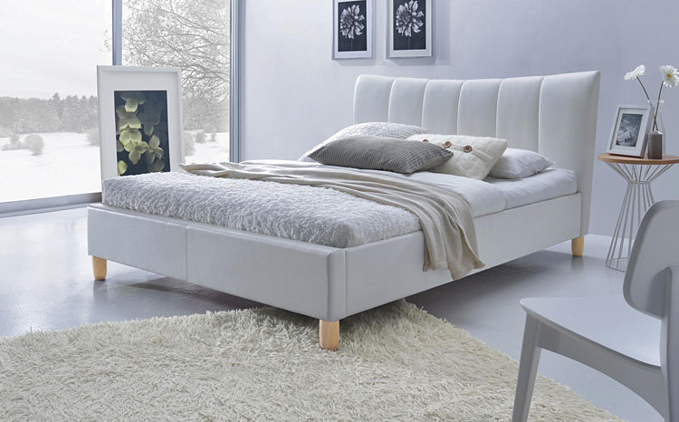 białe łóżko tapicerowane w sypialni