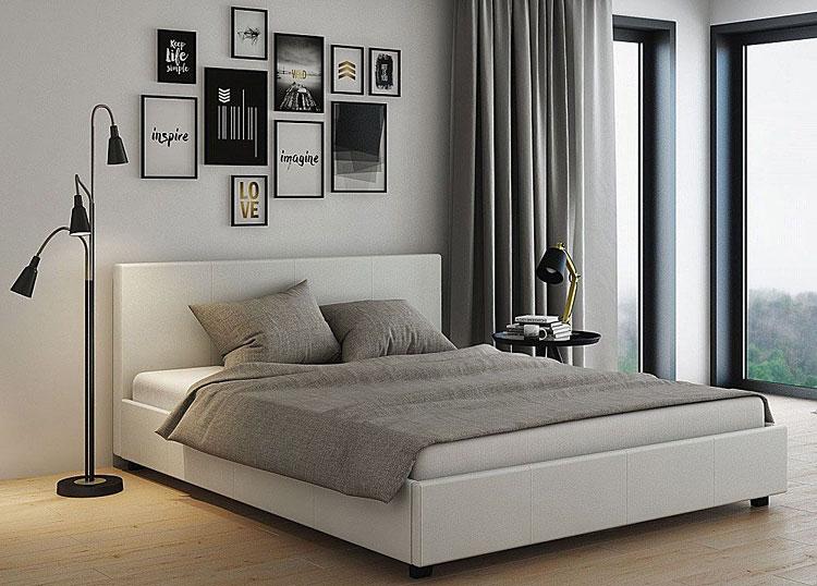 łóżko w kolorze białym w sypialni