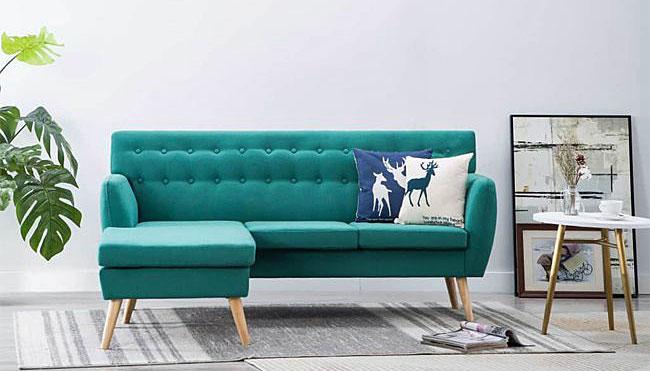 mała tapicerowana pikowana sofa narożna do niewielkiego salonu