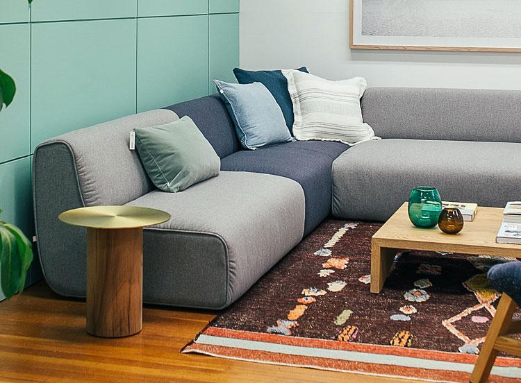 kanapa narożna w małym salonie