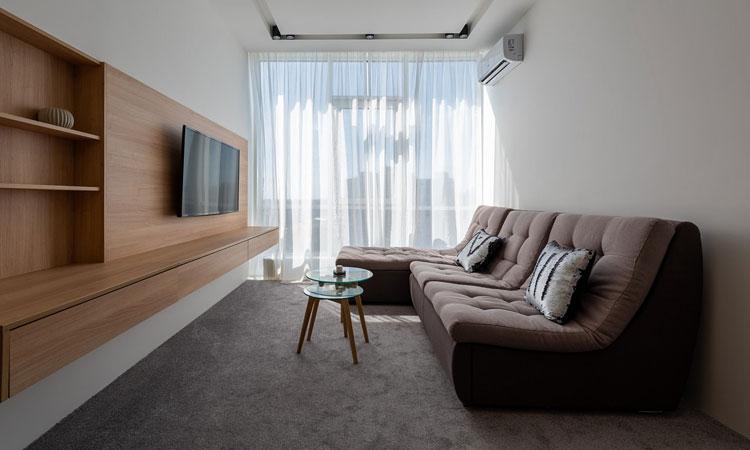 kanapa narożna w kształcie litery l we wnętrzu małego salonu