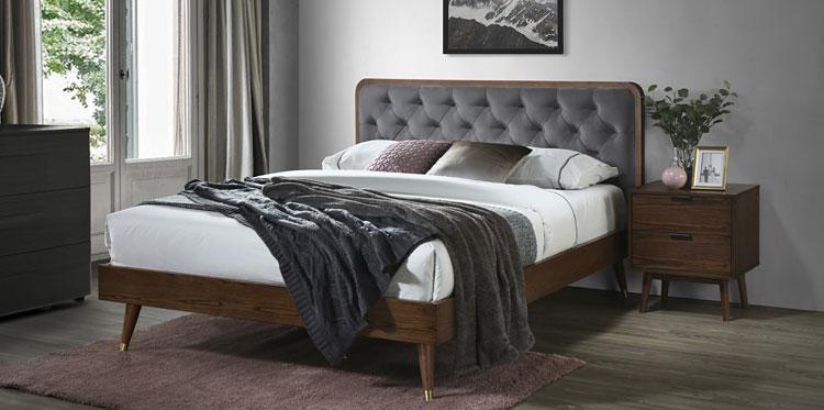 drewniane szafki nocne przy tapicerowanym łóżku w sypialni