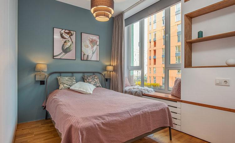 aranżacja sypialni z kolorową ścianą