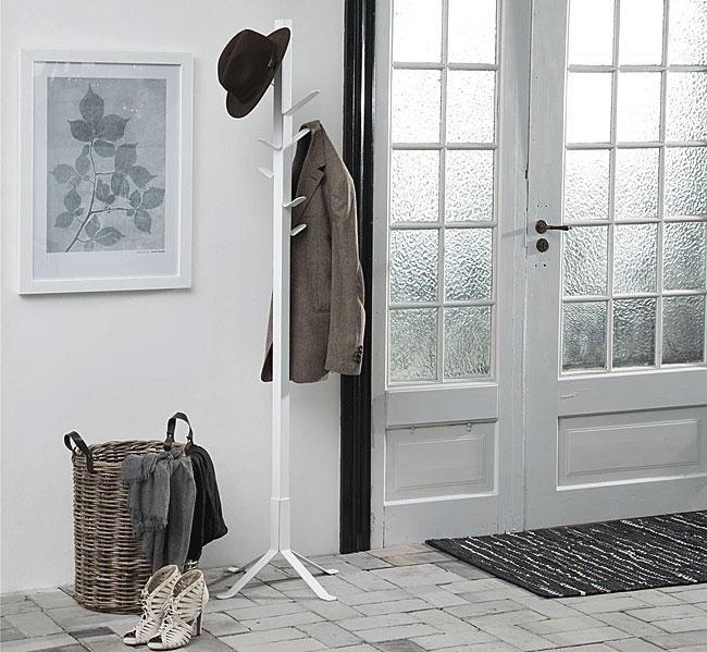 biały stojący wieszak w stylu loft na ubrania we wnętrzu przedpokoju