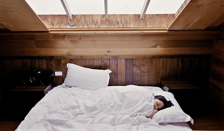 aranżacja sypialni z wykorzystaniem boazerii na ścianie