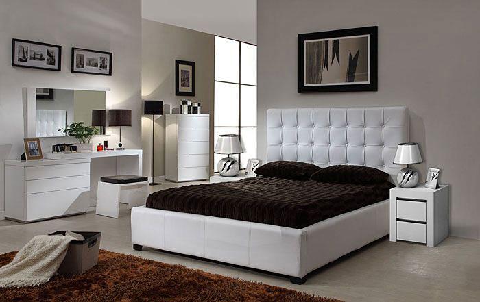 białe szafki nocne z szufladami i tapicerowane łóżko w sypialni urządzonej w stylu nowoczesnym