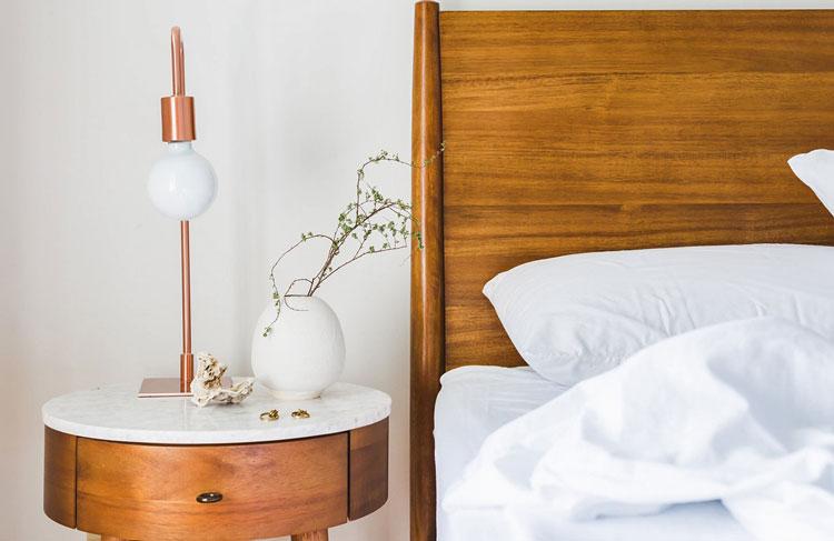 stolik nocny w sypialni