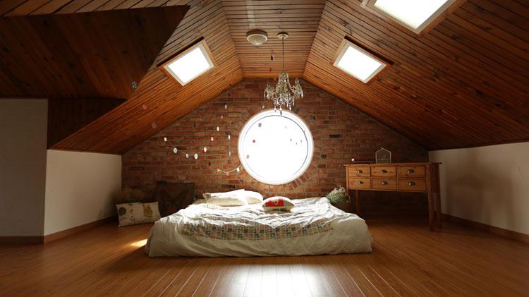 sypialnia z łóżkiem na poddaszu